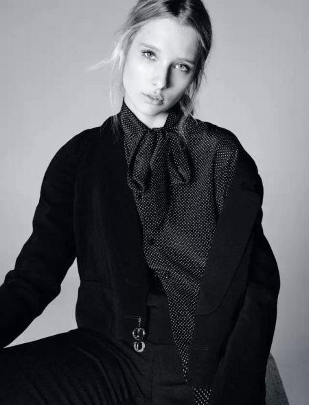 黏胶绉呢短款外套 Kenzo 黑底白点丝绸罩衫 及黑色华达呢长裤 Saint Laurent by Hedi Slimane