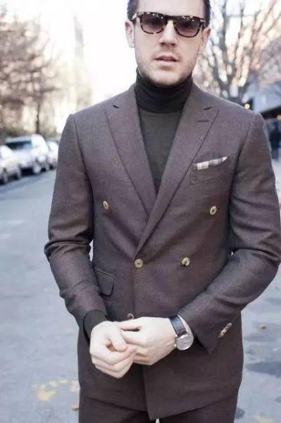 高领毛衣更适合跟双排扣西服搭配在一