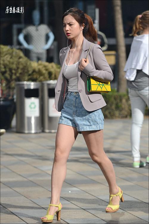 街拍:美女热裤短裙秀美腿|热裤|美腿|美女 竖