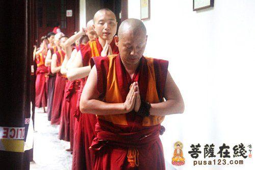 前来礼拜的藏地僧人