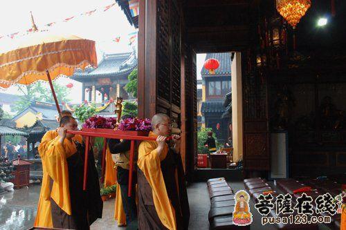 迎请仪式(图片来源:菩萨在线 摄影:妙雪)