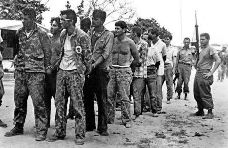 猪湾事件被俘的古巴流亡者,多年后美国政府不得不透过民间渠道,用一千多辆拖拉机将这些黑色行动的执行者换回来