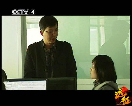 冰川网络运营总监唐国平正在与同事热烈讨论