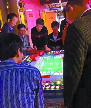 赌博机前人头攒动