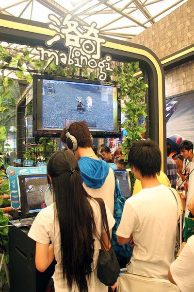试玩区的大屏幕成为了忠实玩家们的交流平台