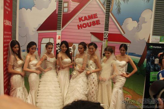 原来是新娘子们都来到《七龙珠ol》展台前啦!