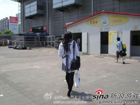 妖娆的制服妹纸信步走向……快餐亭……