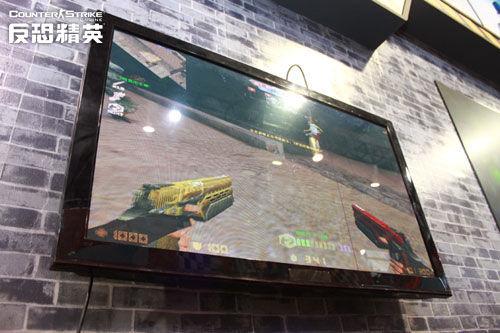 CSOL体验专区现场的电视墙正在播放着玩家们的试玩实况。