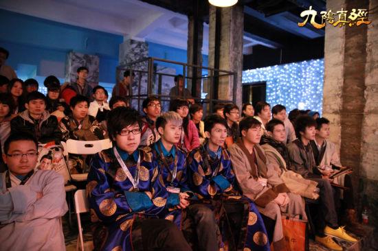 来自香港和台湾地区的选手认真观战
