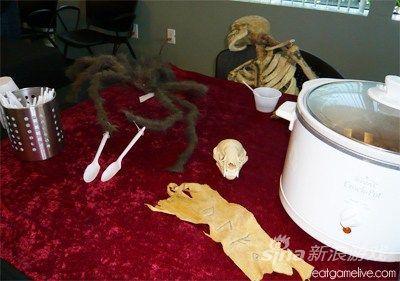 蜘蛛洗了洗他的爪子。(骷髅兄看来已经很不耐烦了。)
