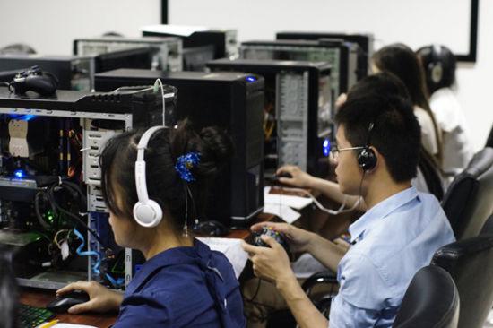 玩家们专注地进行《古剑二》试玩。