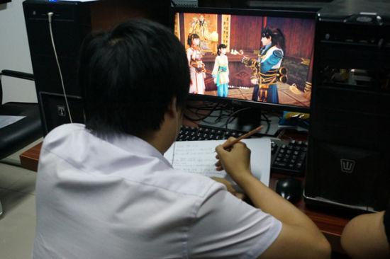 玩家正认真仔细地记录游戏要点。