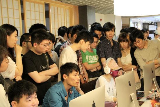 上海站玩家围观一位戴着口罩参赛的神秘选手,比赛用机全部是苹果一体机