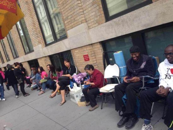 中国大妈扎营纽约苹果店