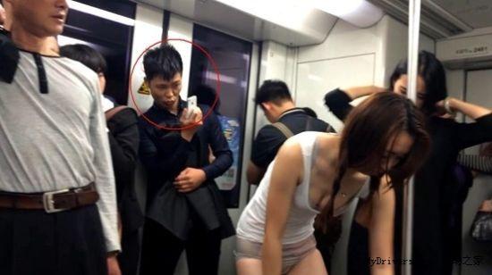 两美女地铁换衣服 男子拍照表情销魂