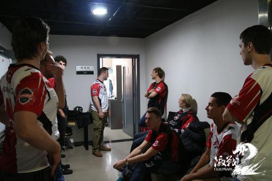 比赛定妆照拍摄日 耐心等待拍照中的两支外籍队伍