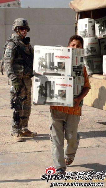 2009年,在美军注视下,一名伊拉克儿童正在搬运PS3