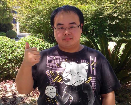 曾卓Ted是中国著名的魔兽争霸3选手,使用亡灵,有中国鬼王之称,他曾与WE战队获得多次荣誉,期间曾经退役过一次,2012年正式复出,并拿下了WCG2012世界总决赛的冠军,目前依然活跃在魔兽争霸3的舞台上。达尔优是中国本土外设品牌,成立于2006年,曾为多家著名外设品牌代工生产,2011年开始,达尔优正式以自己的品牌进入游戏市场,并一炮走红,旗下的牧马人鼠标也是年度最畅销产品。   经过几年的洗礼,达尔优也一直想为游戏产业作出自己的贡献,魔兽争霸3项目已经不是主流游戏,但达尔优认为这群选手最需要厂商