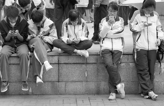 江苏南京,一群中学生各自玩弄手机.cfp供图中学镇海初中部图片