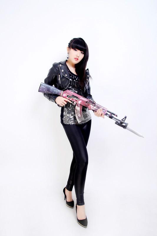 女王配AK47 妹子玩家自制CF纸制武器已臣服