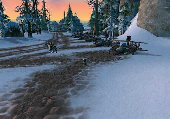 三、铁炉堡机场跑道   这条跑道位于丹莫罗的最高峰铁炉堡的上方,由于正处飞行航线之下,因此这里也是玩家最早发现并萌生兴趣的地点之一,同时也是诸多禁区之中玩家容易进入的一个。在《大地的裂变》之前,玩家们只要在铁炉堡大门的南侧悬崖边使用诺格弗格药剂等能够获得缓落效果的道具和法术即可跳过那一小段绝壁,然后骑上坐骑便能一路盘上顶峰,感受会当凌绝顶,一览众山小的气魄。