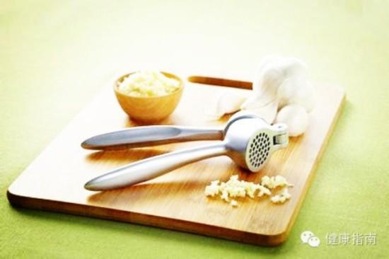 方法一:   最简单的就是剥一粒大蒜,含在口中,时轻咬一下,蒜味一