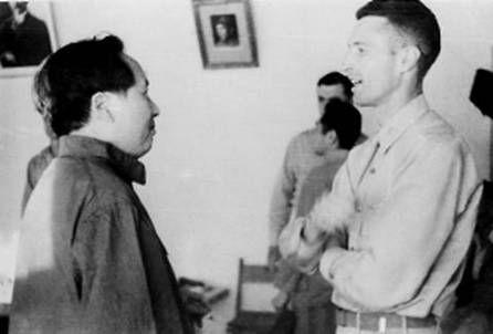 1944年,毛泽东和约翰・谢伟思在延安