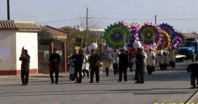 2013年10月24日在陶乐县,一起正在进行的殡仪场面。在这个国家最小的县之一,总国土面积1024平方公里、人口3万人的农业县里,人们至今延续着几千年来流行的土葬。(图片来源:人民网)