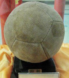 山东淄博蹴鞠博物馆展出的宋代皮鞠复原品。