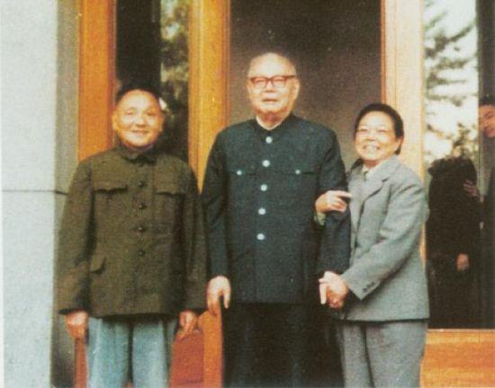 1977年4月28日,邓小平、卓琳夫妇祝贺叶剑英80岁寿辰。