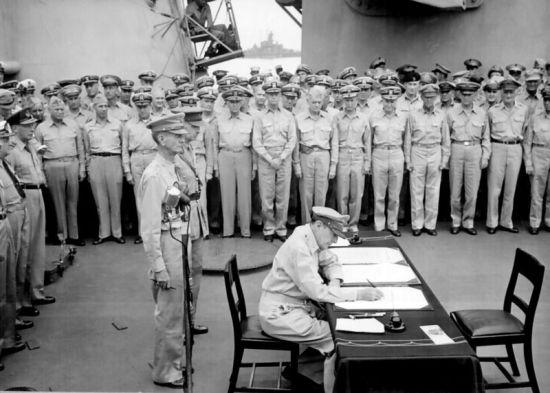 麦克阿瑟将军代表同盟国签署《降伏文书》