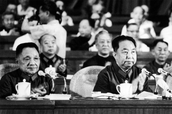 邓小平和华国锋在纪念南昌起义50周年大会上。