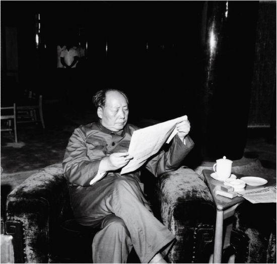1966年8月31日,毛泽东在天安门城楼休息厅看报。(钱嗣杰 摄)