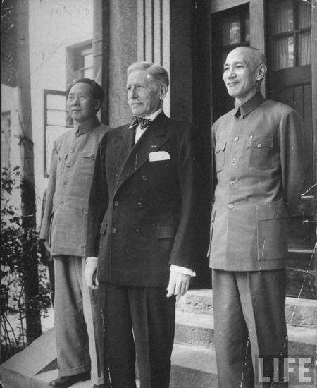 1945年,重庆,参与国共和谈的三方代表,美国驻华大使赫尔利、蒋介石、毛泽东。