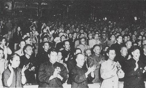 1954年9月20日,中华人民共和国第一届全国人民代表大会上一致通宪法时,全体代表起立热烈鼓掌。
