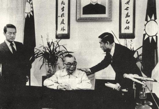 上世纪80年代,蒋经国在发表电视讲话前,蒋经国的秘书宋楚瑜(左)等幕僚协助安排。