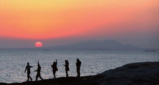 福建晋江的大陆游客眺望对面的金门岛。