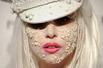 幻灯图集:Lady Gaga珍珠面妆现身艾滋病慈善红毯