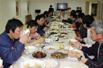 实拍:南极考察队员聚餐的热闹场面(图)
