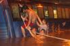消防员和市民营救被困乘客
