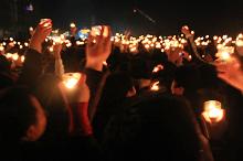 大家高举手中的蜡烛