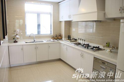 两窗户的宽敞厨房
