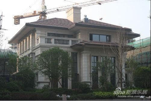 连体别墅的设计,使每户之间显得温馨别致,小连排落地全景窗台,让