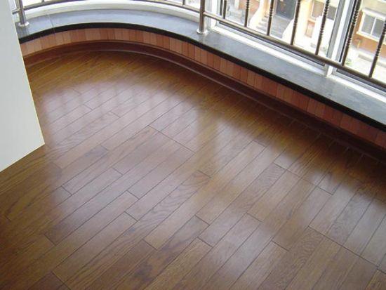 实木的识别   A、纹理:是判定地板好坏的标准,有规则的纹理美观大方,不要选用那些纹理杂乱无章的地板。   B、颜色:优质的实木地板应有自然的色调、清晰的木纹,材质肉眼可见。如地板表面颜色深重。   C、油漆:漆层较厚则可能是为掩饰地板的表面缺陷而有意为之,实木地板为六面封漆,所以尤需注意;优质的油漆除耐磨外还可保持木头的纹理清晰美观,市面上很多地板商家都以德国坚弗油漆为噱头吸引顾客,德国坚弗油漆为进口油,非常明显的物理特性就是透明的,消费者选购时需注意地板表面的油漆是否融有颜色即可判断。   D、节