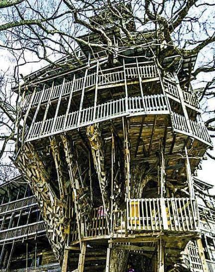 木结构建筑共有10层楼高,里面除了卧室,走廊和阳台以外,还有旋转楼梯
