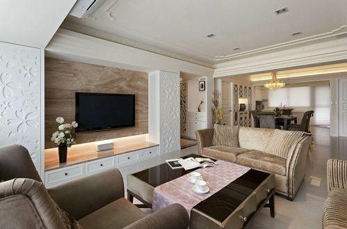 客厅运用大理石及灯光规划的电视主墙,藉由梁下两侧做入通风高柜