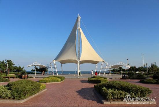 恩马双城汇项目靠近唐岛湾风景区,步行数里可到达唐岛湾滨海木栈道小