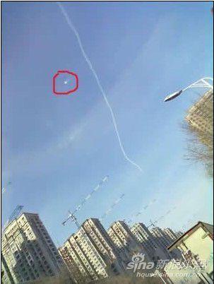 当时的天空很蓝,除了飞机飞行留下的白线外,没有一丝云彩,亮点在蓝色