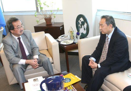 图为李若弘先生和主管通讯与公共信息事务的副秘书长Kiyo Akasaka先生