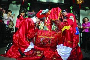新郎新娘在甘家大院友恭堂拜堂